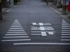 ドローンを道路の上空に飛行するのは?道路での離発着は?ドローンと道路のグレーな関係。