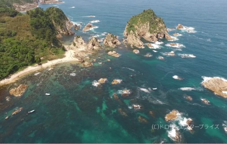 碧い海がもっと輝く、ドローンから見た視点(透明度25mの浦富海岸から)