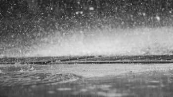 ドローンは雨の中でも飛べるの?その場では飛行できるけど後々は…