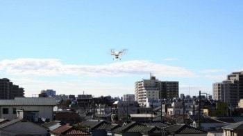 住宅地で飛び回るドローンを追跡、危険操縦する方にたどり着いた方法